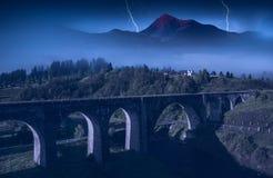 Brückenviadukt in den Karpaten nacht Stockfotografie
