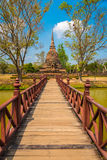 Brückenweise zum Tempel Lizenzfreie Stockfotografie