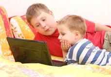 Brüder auf Laptop Stockbild