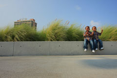 Brüder, die auf einer Leiste sitzen lizenzfreie stockfotografie