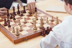 Brüder, die an Bord Schach zu Hause spielen lizenzfreie stockbilder