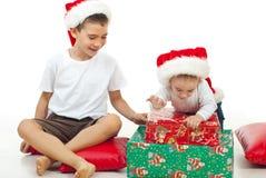 Brüder, die mit Weihnachtsgeschenken spielen lizenzfreie stockfotos