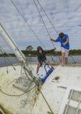 Brüder erforschen ruiniertes Segelboot Stockfotos