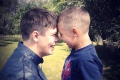 Brüder glücklich und die Freude am Sommer Stockbild