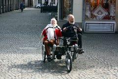 BRÜGGE, BELGIEN 03 26 2018 ältere Paartouristen fahren nebeneinander Tandemfahrrad stockfotos