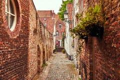 Brügge Belgien Antike Backsteinmauern entlang Enge lizenzfreies stockfoto
