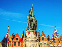 BRÜGGE, BELGIEN - 17. JANUAR 2016: Statue von Jan Breydel und von Pieter De Coninck, Helden des Kampfes der Sporne Stockfotos