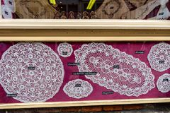 BRÜGGE, BELGIEN - 10. JUNI 2014: Berühmte handgemachte Spitze für Verkauf in Brügge, Belgien Lizenzfreies Stockfoto