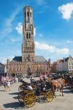 BRÜGGE, BELGIEN - 13. JUNI 2014: Der Wagen auf dem Packwagen Brügge Grote Markt und Belforts im Hintergrund Lizenzfreies Stockfoto