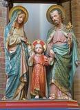 BRÜGGE, BELGIEN - 13. JUNI 2014: Geschnitzte satues der heiligen Familie von 19 cent in St- Gileskirche Stockfotografie