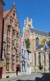 BRÜGGE, BELGIEN - 12. JUNI 2014: Kathedrale St. Salvators (Salvatorskerk) und das alte gotische Haus Lizenzfreie Stockfotografie