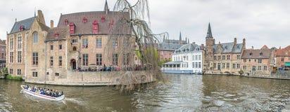 BRÜGGE, BELGIEN - MÄRZ 2015: Touristen besuchen altes mittelalterliches Ci Lizenzfreies Stockbild