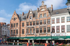 BRÜGGE, BELGIEN - 23. MÄRZ 2015 Touristen in der Nordseite von Grote Markt (Marktplatz) von Brügge, Brügge, mit bezaubernder Stra Stockbilder