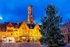 Brügge Burg-Quadrat mit dem Weihnachtsbaum am Weihnachten stockbild