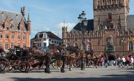 Brügge - der Wagen auf dem Packwagen Brügge Grote Markt und Belforts im Hintergrund Stockbilder