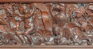 Brügge - geschnitzte Entlastung des Engels und des Adlers als Evangelist St Matthew und Johannes in Karmelietenkerk (Carmelites-K Lizenzfreies Stockfoto