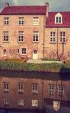 Brügge - Häuser nachgedacht über den Kanal lizenzfreies stockbild