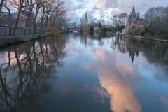 Brügge-Kanal im Spätherbst bei Sonnenuntergang stockfotos