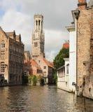Brügge-Kanal und Glockenturm Lizenzfreie Stockfotos
