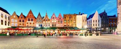 Brügge - Panorama des Marktplatzes nachts, Belgien Lizenzfreies Stockbild