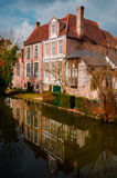 Brügge - rosa Landhaus Stockbild