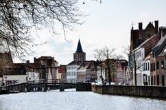 Brügge-Stadtbild und -kanal im Wohngebiet Lizenzfreie Stockbilder