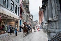 Brügge, Straße mit typischem Pferdewarenkorb Lizenzfreie Stockfotos