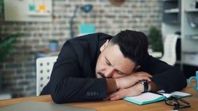 Brünette von mittlerem Alter, die bei der Arbeit setzt Kopf auf die Tabelle sitzt am Schreibtisch allein schläft stock video