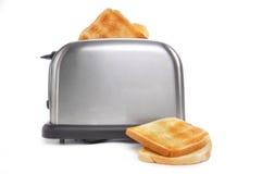 Brünierter Toast im Toaster Stockfotografie