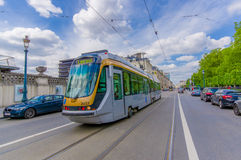 BRÜSSEL, BELGIEN - 11. AUGUST 2015: Blaue Tram Lizenzfreie Stockfotografie