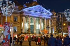 BRÜSSEL, BELGIEN - 5. Dezember 2016 - Weihnachtslichter stellen auf dem Börsegebäude dar Lizenzfreie Stockfotografie