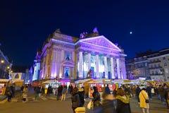 BRÜSSEL, BELGIEN - 5. Dezember 2016 - Weihnachtslichter stellen auf dem Börsegebäude dar Lizenzfreie Stockbilder