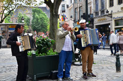 Brüssel, Belgien - 12. Mai 2015: Straßenmusiker an Platz d'Espagne (spanisches Quadrat) in Brüssel Lizenzfreies Stockfoto