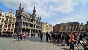 Brüssel, Belgien - 13. Mai 2015: Viele Touristen, die Grand Place, den zentralen Platz von Brüssel besichtigen stock video footage