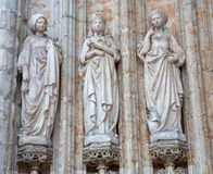 Brüssel - Detail vom Seitenportal gotischer Kirche Notre Dames du Sablon Stockfotografie