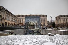 BRÜSSEL - 10. DEZEMBER: Konferenzzentrum an Mont DES-Künsten umfasst im Schnee Foto gemacht am 5. Dezember 2017 in Brüssel, Belgi Lizenzfreie Stockfotos