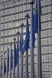 Brüssel - Europäische Kommission und EU-Markierungsfahnen Lizenzfreies Stockfoto
