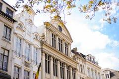 Brüssel-Gebäude auf Quadrat im Himmelhintergrund stockfotografie