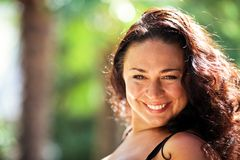 brąz przyglądająca się szczęśliwa kobieta Obrazy Stock
