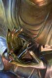 Brąz ręki Buddha w medytacyjnej pozie z palcami Zdjęcie Stock