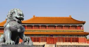Brązowa opiekunu lwa statua w Niedozwolonym mieście, Pekin, Chiny Zdjęcie Stock