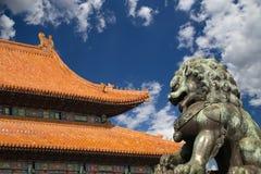 Brązowa opiekunu lwa statua w Niedozwolonym mieście, Pekin, Chiny Obraz Royalty Free