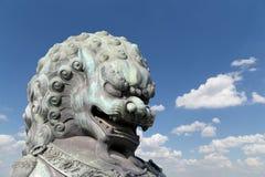 Brązowa opiekunu lwa statua w Niedozwolonym mieście, Pekin, Chiny Obrazy Stock