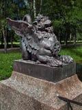 Brązowa postać mitologiczny lew na moście w Aleksander parku w Tsarskoe Selo w St Petersburg obrazy stock