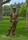 Brązowa rzeźba chłopiec z baseballem i rękawiczka Gary ceną przy Dallas ogródem botanicznym i arboretum obraz royalty free