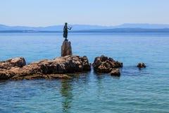 Brązowa Rzeźba Dziewczyna z Seagull na Backgro fotografia royalty free
