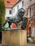 Brązowa rzeźba lew na jardzie Strahov monaster obraz stock