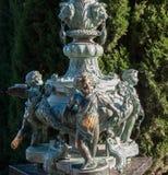 Brązowa rzeźba mali aniołowie w parku Fotografia Royalty Free