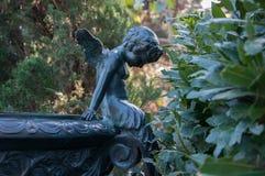 Brązowa rzeźba mali aniołowie w parku Obrazy Royalty Free