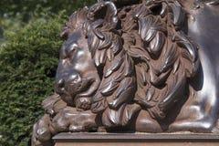 Brązowa rzeźba sypialny lew, LÃ ¼ potoczek, Niemcy Obraz Stock